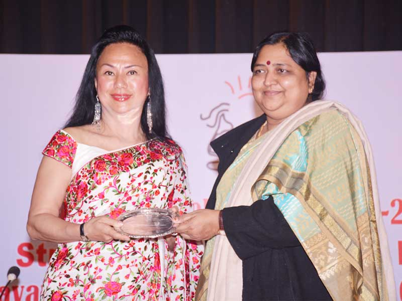 Ms. Claire Chiang receiving the award